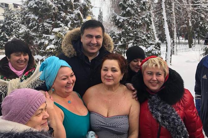 Михаил Саакашвили во время крещенских купаний в реке Днепр в Киеве, 19 октября 2018 года