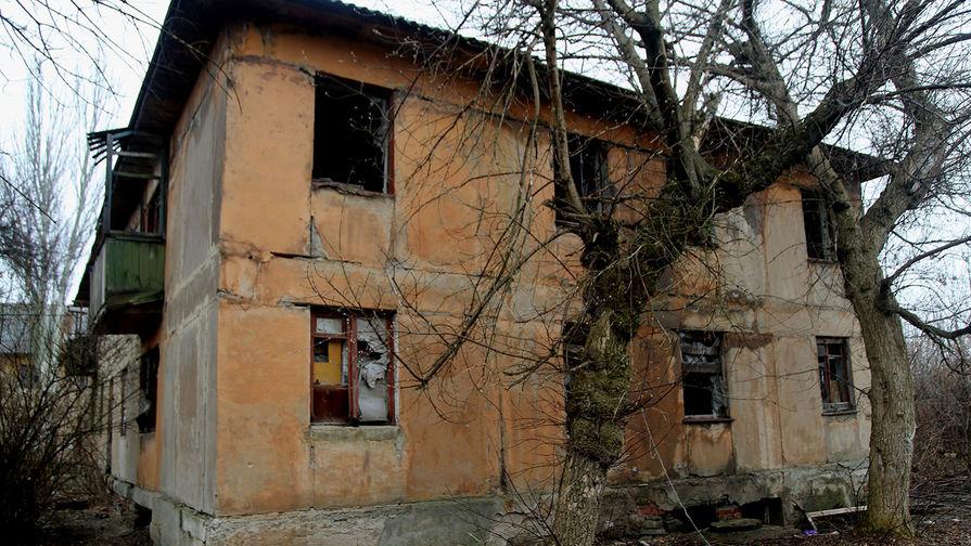 Один из домов поселка шахты «Глубокая» в Горловке, пострадавший из-за обстрелов. Поселок находится рядом с линией соприкосновения в Донецкой области, апрель 2021 года
