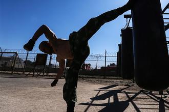 Российский военнослужащий во время занятий в спортивном городке на авиабазе Хмеймим