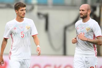 Футболисты сборной России Константин Рауш (справа) и Роман Нойштедтер