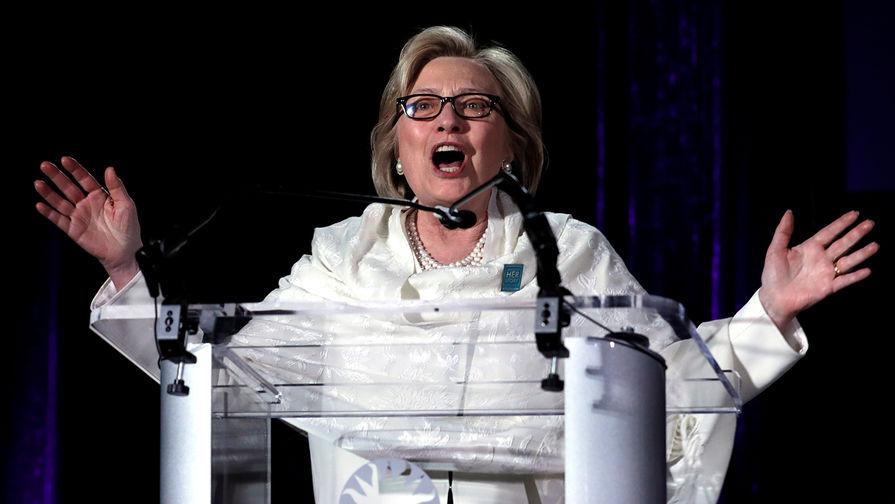 """В сети смеются над фото Хиллари Клинтон в """"Овальном кабинете"""""""