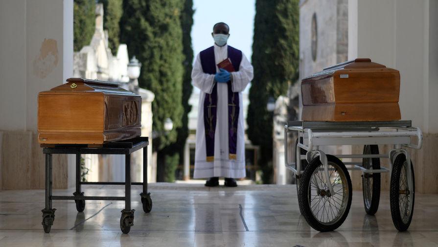 Во время церемонии погребения жертв пандемии коронавируса в итальянском Чистернино, 30 марта 2020 года