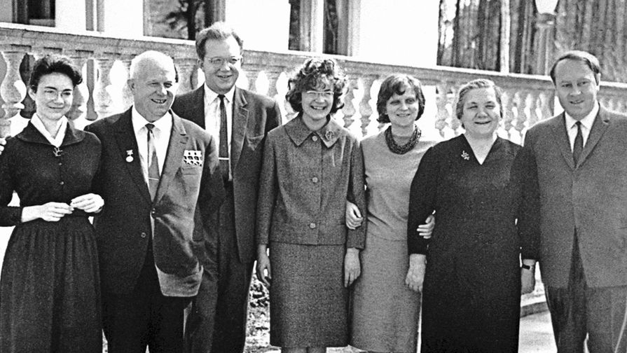 Семейное фото семьи Хрущевых: (слева направо) дочь Елена, Никита Хрущев, сын Сергей с женой, дочь Рада, жена Нина Петровна, зять А.И.Аджубей, 1963 год