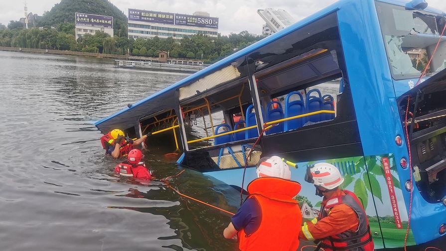 Спасатели на месте аварии с участием автобуса в Аньшуне, провинция Гуйчжоу, 7 июля 2020 года