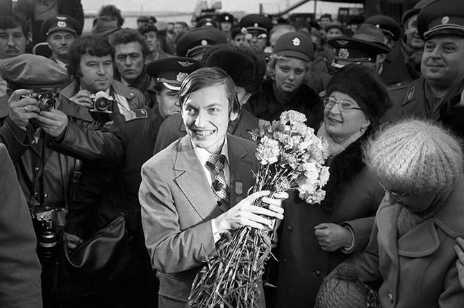 Чемпион мира по шахматам Анатолий Карпов после возвращения из Багио, где он одержал победу над Виктором Корчным, 1978 год