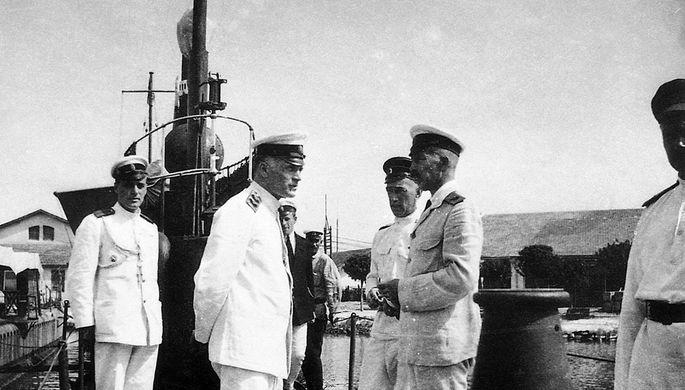 Вице-адмирал М. А. Кедров, контр-адмирал М. А. Беренс, контр-адмирал А. И. Тихменев на подводной лодке «Тюлень» в Бизерте, июль 1921 года