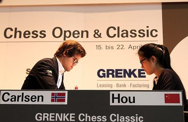Магнус Карлсен сыграл вничью с Хоу Ифань в Баден-Бадене
