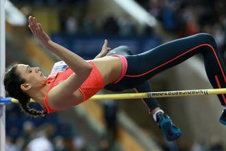 Россиянка Мария Кучина выполняет прыжок в высоту