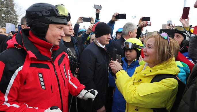 Президент России Владимир Путин общается с людьми во время катания на лыжах в Сочи, 13 февраля 2019 года