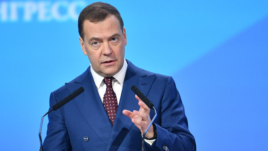 Медведев объяснил решение о снижении НДС на фрукты и ягоды