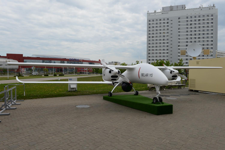 Белорусские предприятия на MILEX-2019 представили просто огромное количество разнообразных типов БЛА. На снимке – только один из них- БЛА BELAR YS взлетным весом 1400 кг и продолжительностью полета более 24 часов. Полезная нагрузка – 280 кг.
