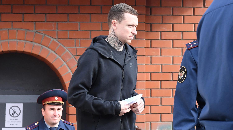 Футболист Павел Мамаев у КПП исправительной колонии №4 города Алексеевка Белгородской области после освобождения, 17 сентября 2019 года