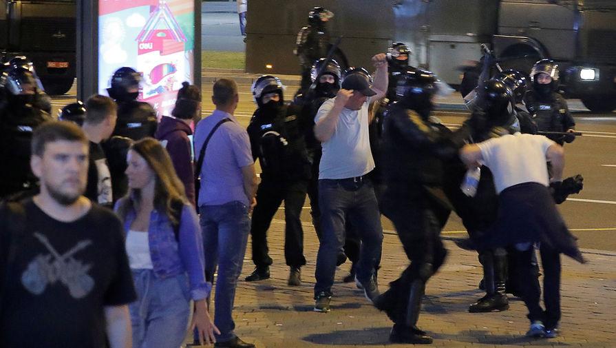 Спецназ задерживает участников акций протеста в Минске во вторую ночь после выборов президента Белоруссии, 10 августа 2020 года