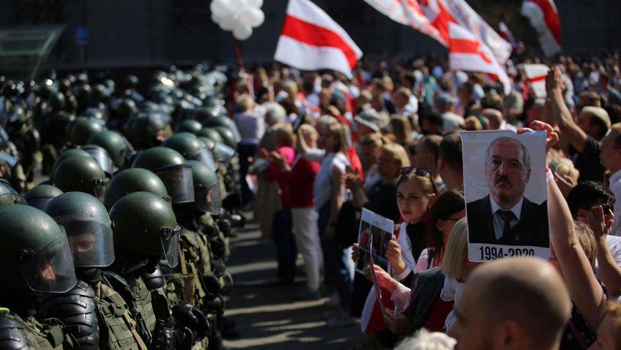 Участники акции протеста и силовики в Минске, 30 августа 2020 года