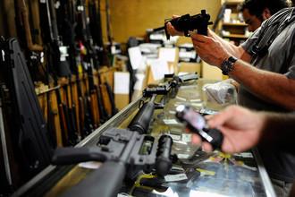 Владельцы оружейных магазинов отмечают, что обсуждение поправок в законы только подстегнуло покупателей, которые бросились покупать стволы.