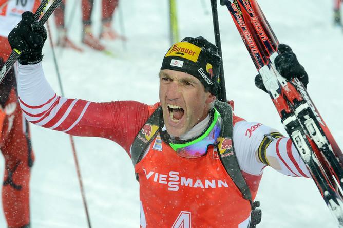 37-летний австриец Кристоф Зуманн радуется победе в гонке преследования