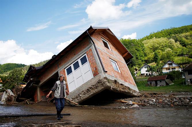 Жилой дом в затопленной в результате наводнения сербской деревне Крупань на западе от Белграда