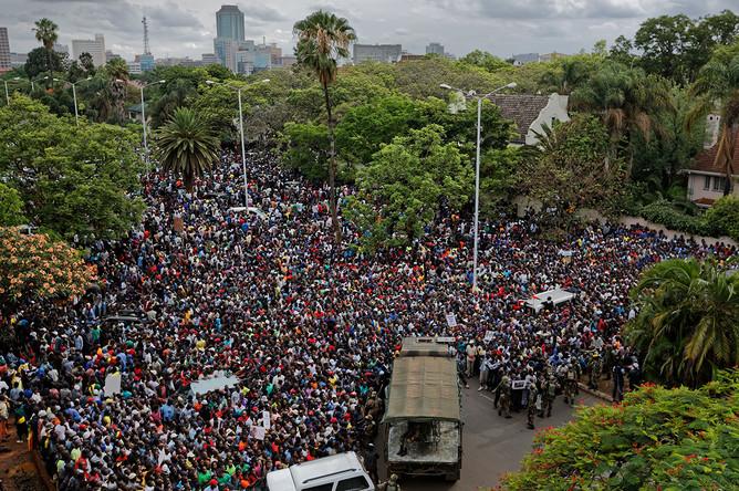 Стихийное шествие в Хараре: после того, как Мугабе отправил в отставку вице-президента Эмерсона Мнангагву, армейские подразделения перекрыли основные магистрали страны, 18 ноября 2017