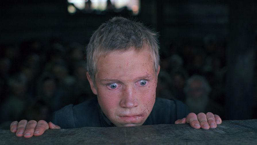 <b>&laquo;Иди и смотри&raquo; (1985)</b> <br>&laquo;Иди и смотри&raquo; — тяжелый и страшный фильм о войне, показывающий самые нечеловеческие ее эпизоды — геноцид мирного населения и результаты политики &laquo;выжженной земли&raquo;. Фильм о подростке, который к концу повествования становится практически седым, покрытым морщинами стариком. В ленте была использована кинохроника ключевых событий развития немецкого национал-социализма, есть кадры концлагерей. Сам режиссер Элем Климов пережил страшную эвакуацию по Волге, когда вокруг рвались бомбы, а вдоль берега горели города. Поэтому впоследствии для него делом чести стало показать всему миру, что происходило в Советском Союзе во время войны, рассказать про трагедию Хатыни