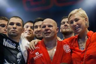 Федор Емельяненко (Россия) (в центре), победивший в бою с Фабио Мальдонадом (Бразилия) на турнире по смешанным единоборствам Fight Nights Global 50