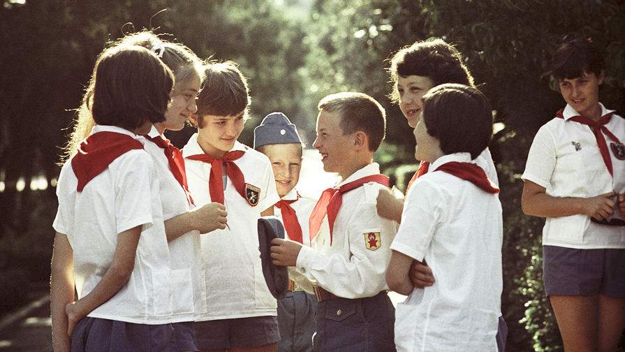 Болгарские и советские дети на 111-ом Всесоюзном слете пионеров в лагере «Артек» имени...
