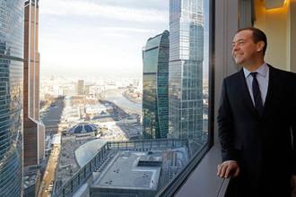 Председатель правительства России Дмитрий Медведев на территории ММДЦ «Москвы-Сити» перед совещанием по вопросам перевода федеральных органов исполнительной власти в новый правительственный комплекс на территории делового центра, 14 марта 2019 года