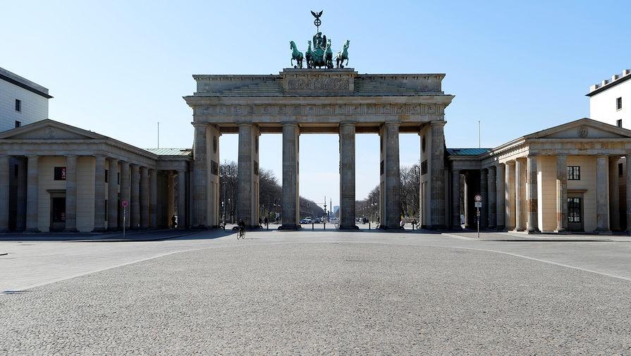 Вид на Бранденбургские ворота в Берлине, Германия, 25 марта 2020 года