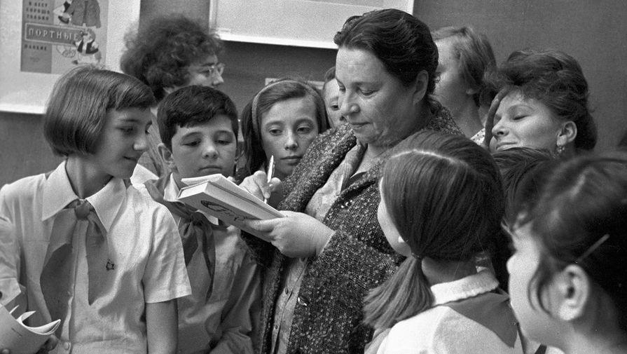 Агния Барто дает автографы пионерам, 1980 год