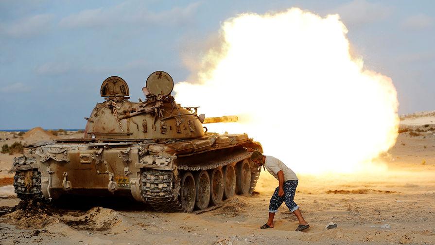 Ливийский военный и советский танк Т-55 во время боя с боевиками в провинции Сирт, август 2016 года