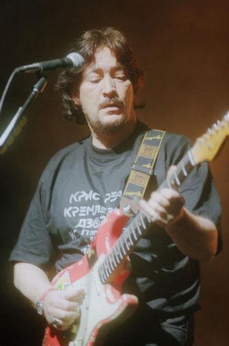 Перенеся тяжелую болезнь, в 1998 году Крис Ри выпустил четырнадцатый студийный альбом «The Blue Cafe», на котором критики отметили более «сфокусированное» звучание. На фото Крис Ри во время выступления в Государственном Кремлевском дворце в 1998 году