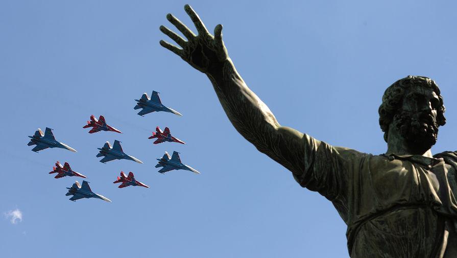 Многоцелевые истребители Су-27 пилотажной группы «Русские Витязи» и МиГ-29 пилотажной группы «Стрижи» пролетают над Красной площадью на генеральной репетиции военного парада, посвященного 71-й годовщине Победы в Великой Отечественной войне, 2016 год