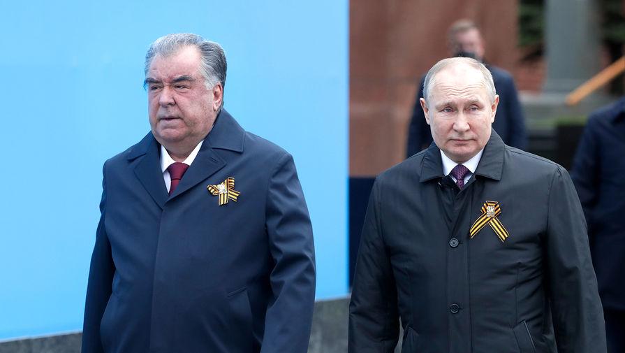 Президент РФ- верховный главнокомандующий вооруженными силами РФ Владимир Путин и президент Республики Таджикистан Эмомали Рахмон перед началом военного парада в честь 76-й годовщины Победы на Красной площади в Москве, 9 мая 2021 года