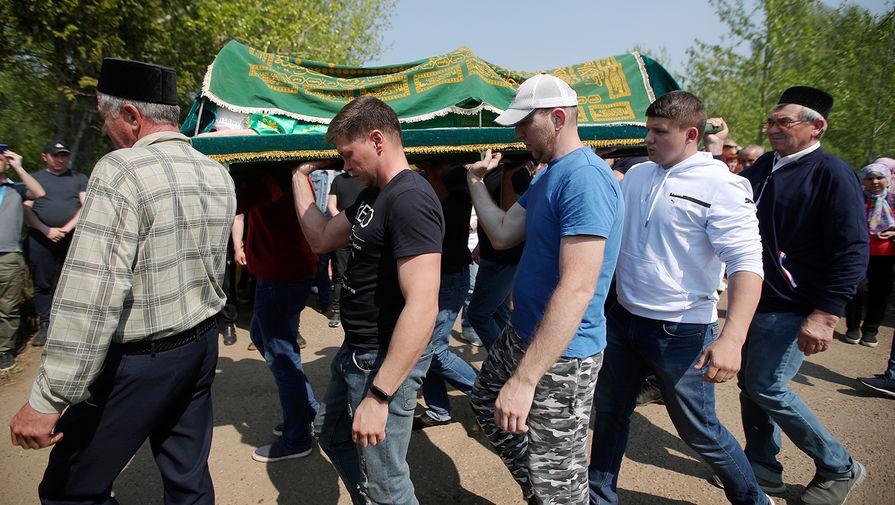 Похороны погибших при стрельбе в школе № 175 на Самосыровском кладбище в Казани, 12 мая 2021 года