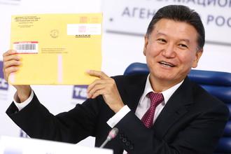 Кирсан Илюмжинов демонстрирует письмо из министерства финансов США