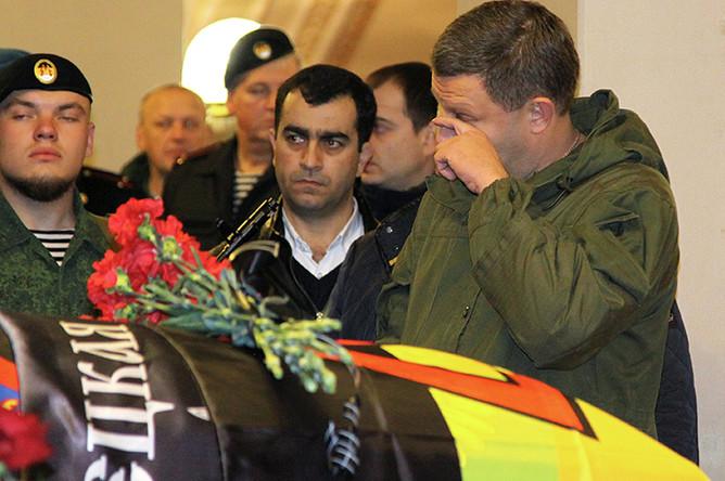 Глава ДНР Александр Захарченко (справа) на церемонии прощания с командиром ополчения ДНР Арсеном Павловым