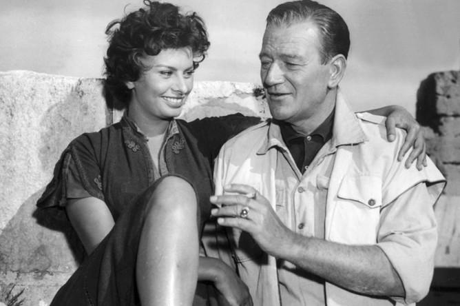 Итальянская актриса Софи Лорен и Джон Уэйн во время съемок фильма «Легенда о потерянном» в Ливии, 1957 год