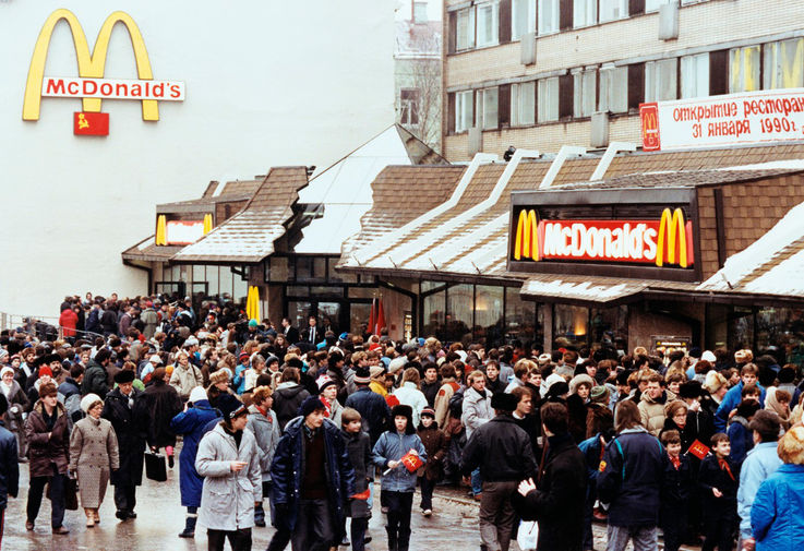 Очередь у входа в первый в Советском Союзе ресторан «Макдоналдс» на Пушкинской площади в Москве, 31 января 1990 года