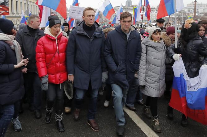 Алексей Навальный с супругой Юлией и братом Олегом во время марша памяти Бориса Немцова в Москве, 24 февраля 2019 года