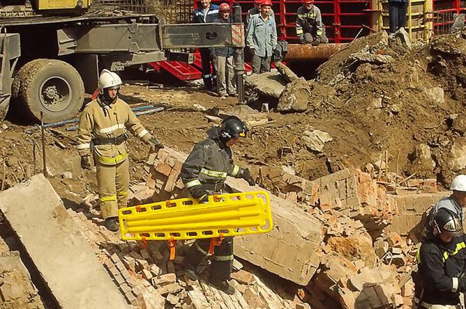 Разбор завалов на месте обрушения стены в одноэтажном здании Новосибирска, где проводились работы по реконструкции, 28 августа 2019 года