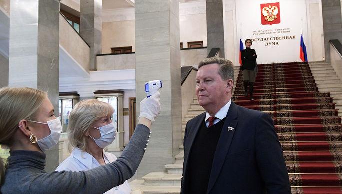 Измерение температуры перед началом заседания Госдумы в Москвы, 17 марта 2020 года