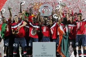 Футболисты «Лилля» с чемпионским трофеем после матча с «Ренном»
