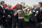 Владимир Путин столкнулся лицом к лицу с активистками движения Femen. Одна из девушек, обнаженная по...