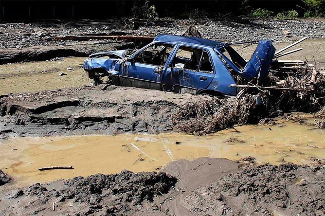 Поврежденный в результате наводнения автомобиль в сербской деревне Крупань на западе от Белграда