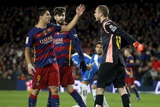Луис Суарес (слева) был едва ли не главным действующим лицом вечера, хотя и ушел с поля без забитого мяча