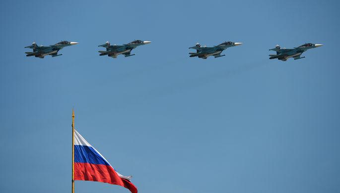 Истребители-бомбардировщики Су-34 во время воздушной части военного парада в Москве в честь 71-й...