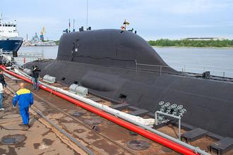 Атомная подводная лодка проекта «Ясень» К-560 «Северодвинск». Подводные лодки проекта 885 (0885) «Ясень» — проект российских многоцелевых атомных подводных лодок c крылатыми ракетами (ПЛАРК) четвертого поколения. По состоянию на 2015 год головной корабль проекта «Северодвинск» (на фото) вошел в состав Северного флота, второй — «Казань», третий — «Новосибирск», четвертый корабль «Красноярск», пятый корабль «Архангельск» и шестой корабль «Пермь» строятся по усовершенствованному проекту 885М (08851) «Ясень-М»