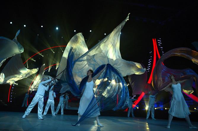 Выступление артистов на торжественной церемонии открытия чемпионата мира по акробатическому рок-н-роллу в Москве