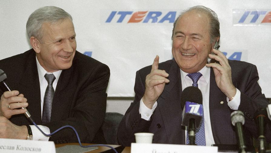 Президент РФС Вячеслав Колосков (слева) и президент ФИФА Зепп Блаттер отвечают на вопросы журналистов во время пресс-конференции. 2000 год