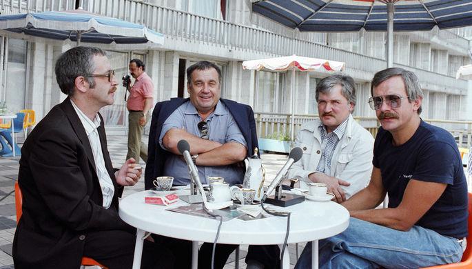 Актер Василий Ливанов, режиссер Эльдар Рязанов, режиссер Игорь Масленников и режиссер Никита Михалков (слева направо) во время съемок телевизионной передачи «Кинопанорама» в рамках ММКФ, 1981 год