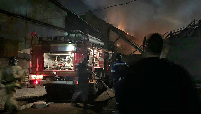 Сотрудники противопожарной службы тушат пожар на заводе «Электроцинк» во Владикавказе, 21 октября 2018 года